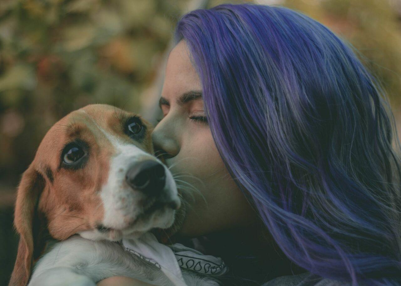 https://ilovemydogsomuch.com/wp-content/uploads/2021/09/dog-kiss-and-big-hug-1280x914.jpg